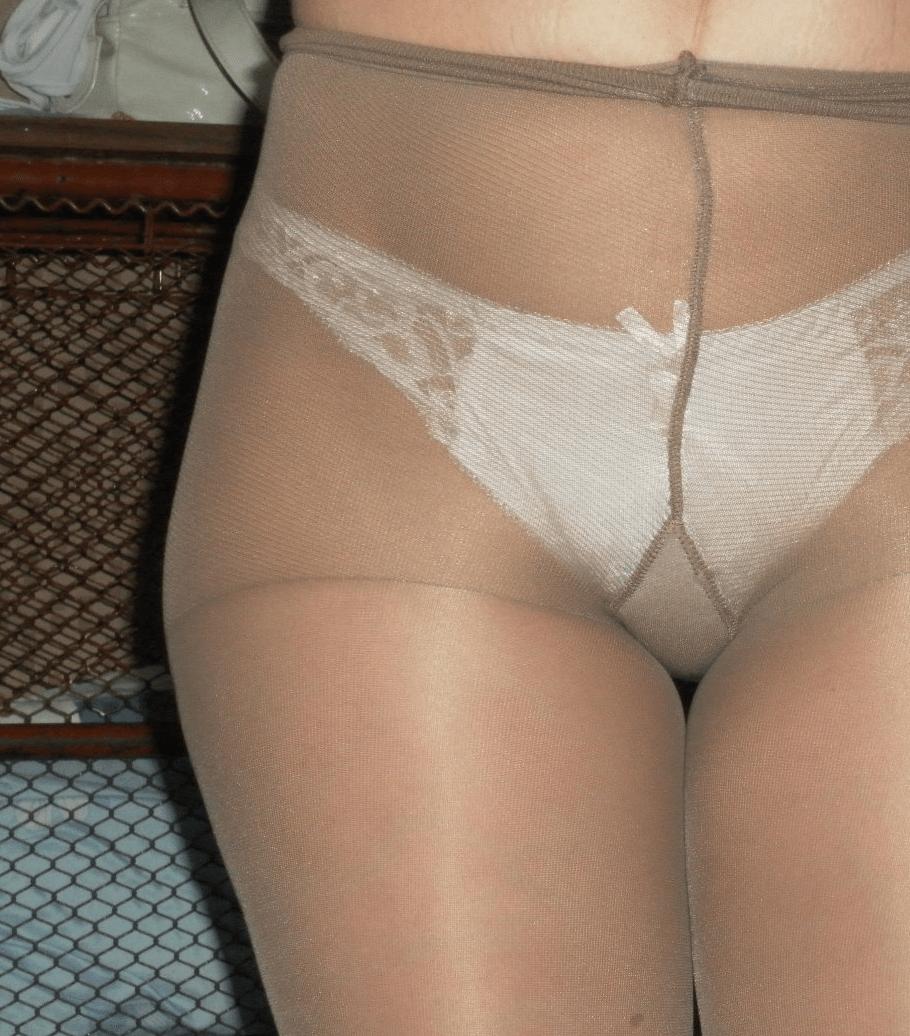 Pornstar masturbating to a crowd