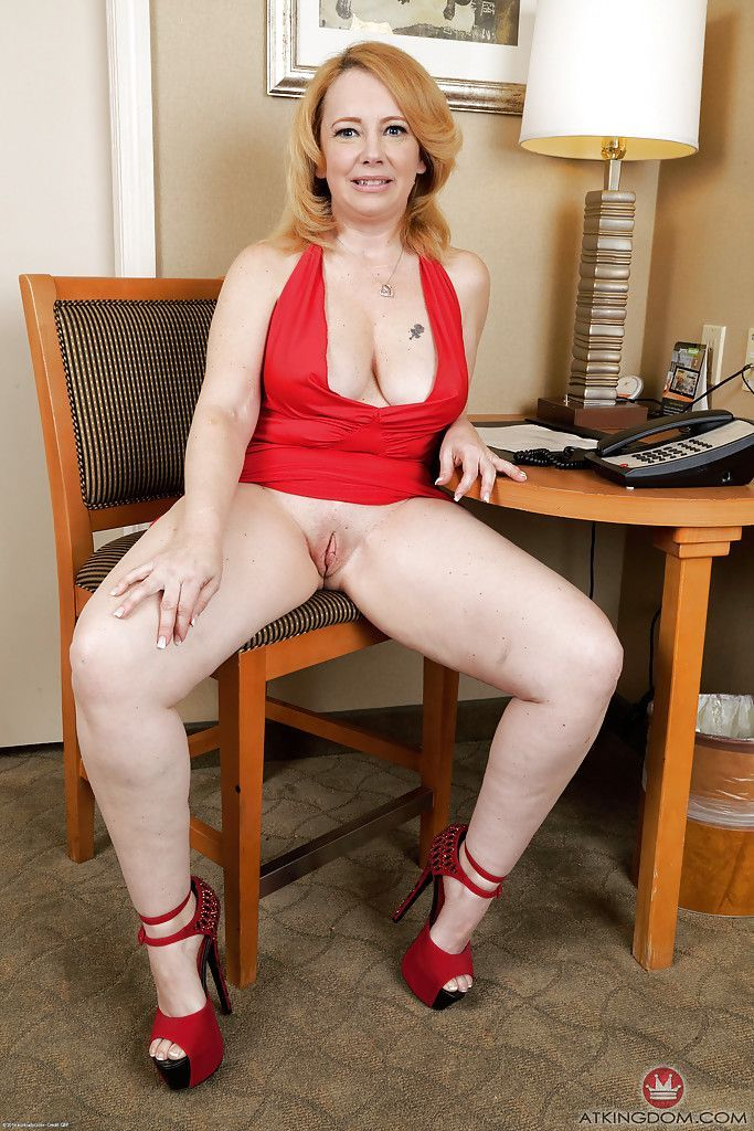 Lovely Mature Women Shows Sweet Pussy Pics