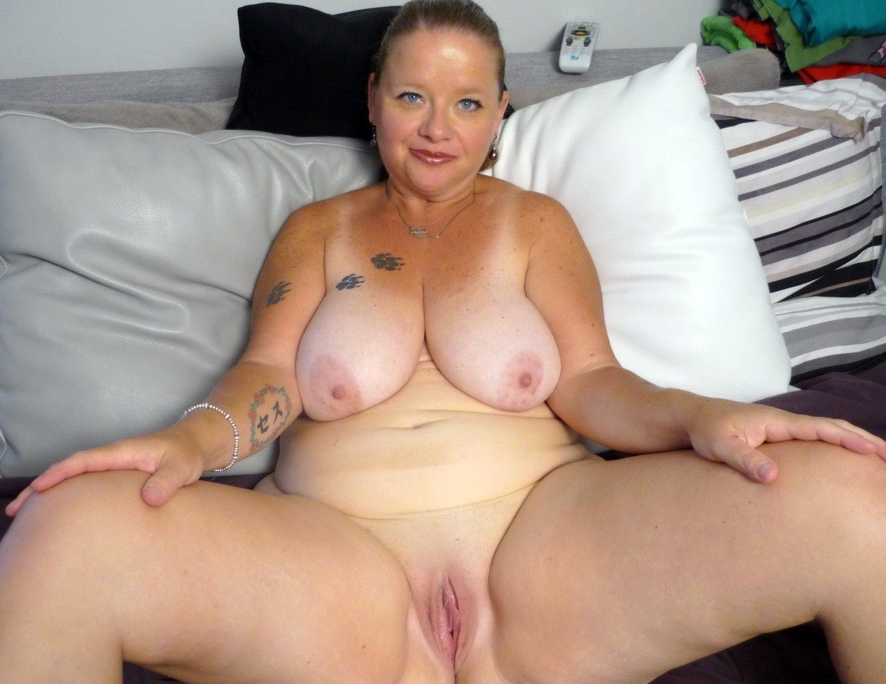Bbw thumbs mature pussy